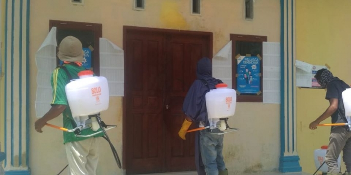 Cegah Covid-19, Seluruh Kampung dalam Kecamatan Seruway Gelar Penyemprotan Desinfektan Serentak
